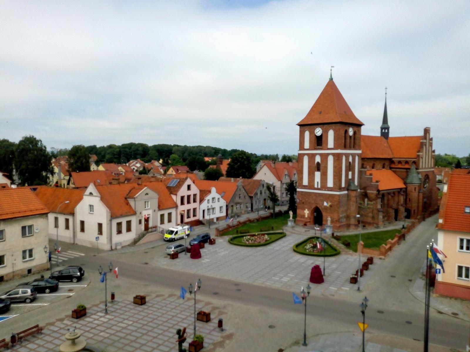 Rynek w Tolkmicku z kościołem